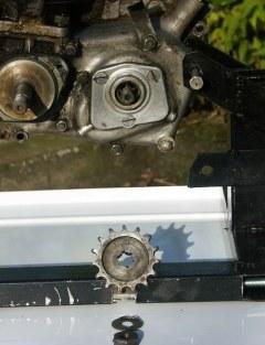 Le pignon de sortie moteur est retiré